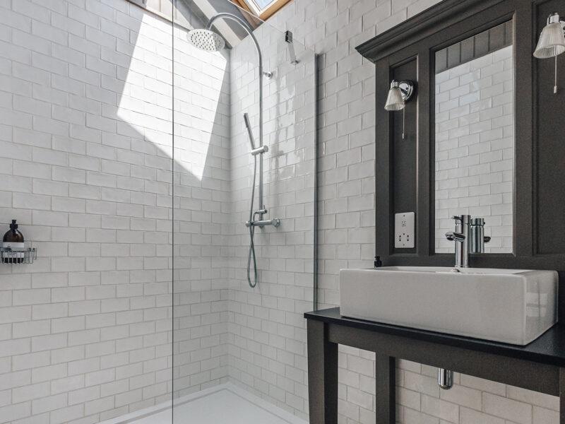 27926 - Retreat East - The Nook - Shower Room Image 1